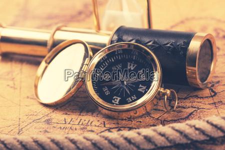 vintage kompas i teleskop na starozytnej