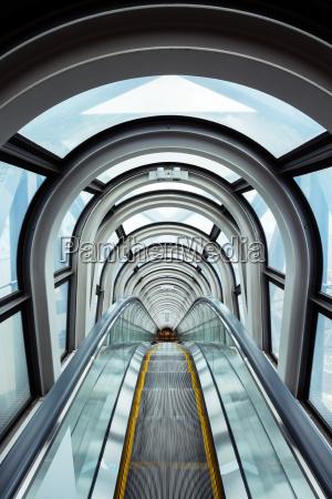 schody ruchome w nowoczesnym budynku