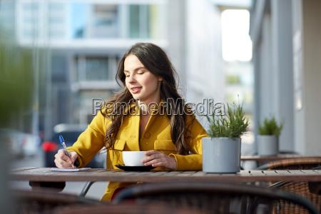 szczesliwa kobieta z notebookiem picia kakao