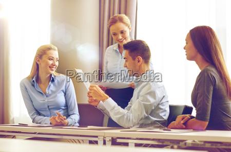 usmiechniety ludzie biznesu z dokumentami w