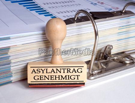 wniosek azylowy zatwierdza pieczec w biurze