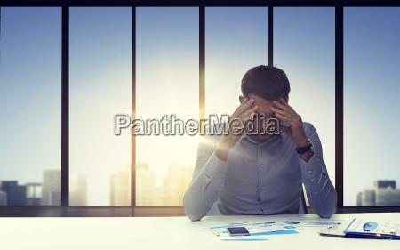 bliskosc niespokojnego biznesmena z dokumentami