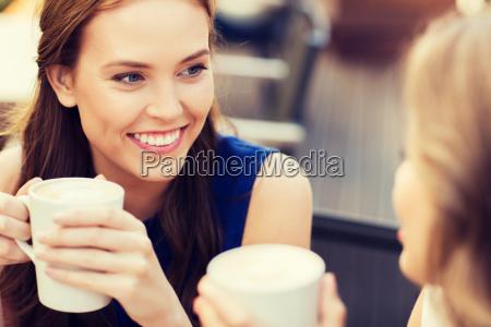 usmiechniete mlode kobiety z filizanki kawy
