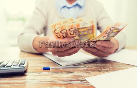 bliska starsza kobieta liczenia pieniedzy w