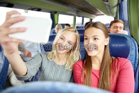 kobiet stosujacych selfie przez smartfona w