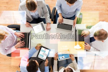zespol biznesowych z laptopow i tabletow