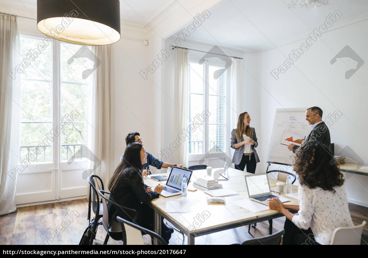 ludzie, biznesowi, mający, spotkanie, zespołowe, w - 20176647