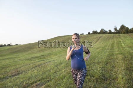 ciezarne kobiety jogging w polu