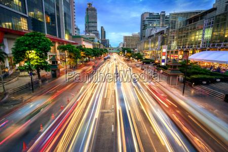 ruchliwej ulicy o zmierzchu pelen swiatla