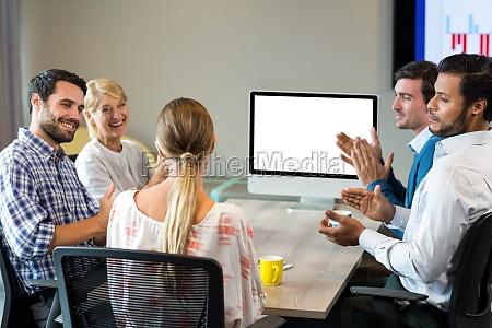 wspolpracownikow brawo kolegi podczas wideokonferencji