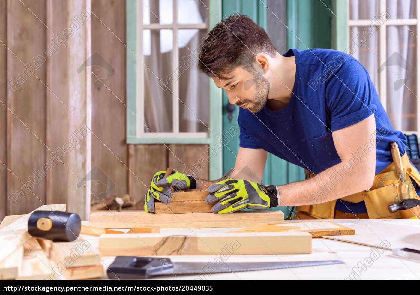 widok, z, boku, carpenter, w, rękawicach - 20449035