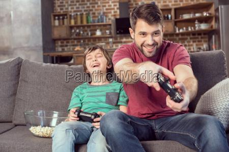 wesoly ojciec i syn gry wideo
