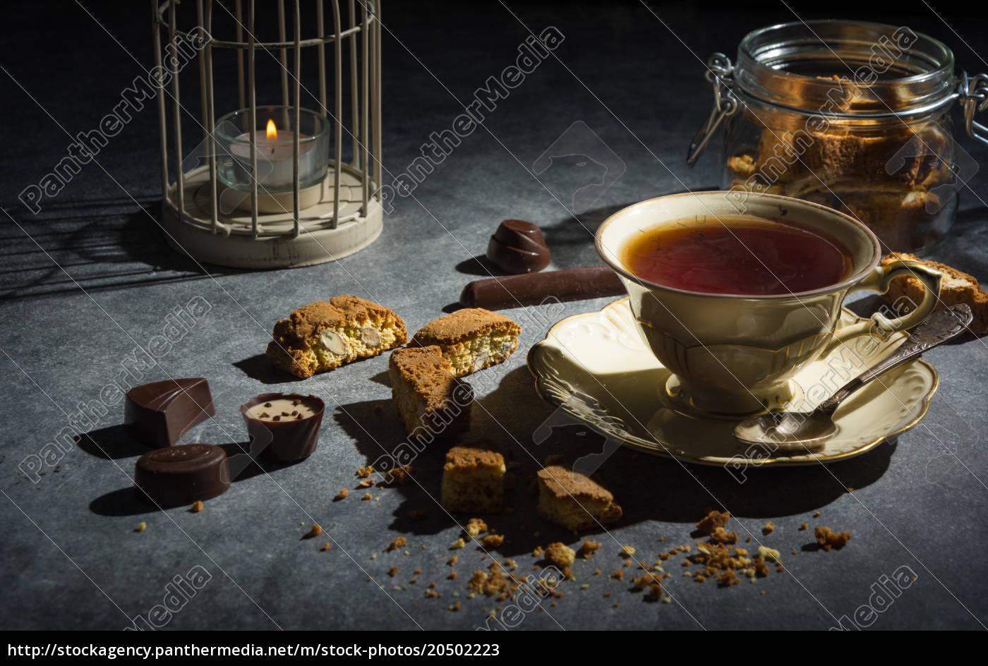 filiżanka, herbaty, ciasteczka, migdałowe, i, czekoladki - 20502223