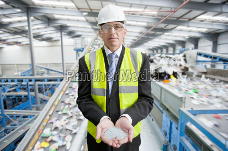 biznesmen w recycling plant gospodarstwa plastikowa