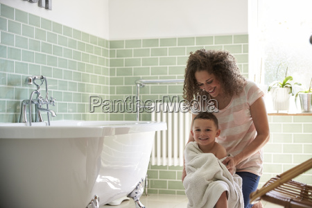 matka suszenie syna z recznikiem po