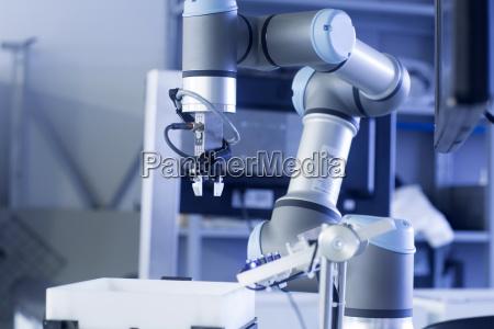 ramie robota w zakladzie technologii czujnikow