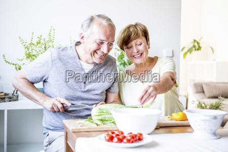 happy starszy para w kuchni przygotowujac