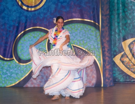 tancerka flamenco w barwnych kostiumach podczas