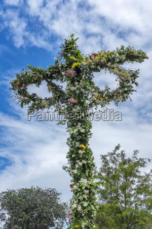maypole ozdobione kwiatami z okazji dnia
