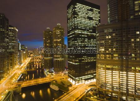 budynki wzdluz wacker drive i chicago