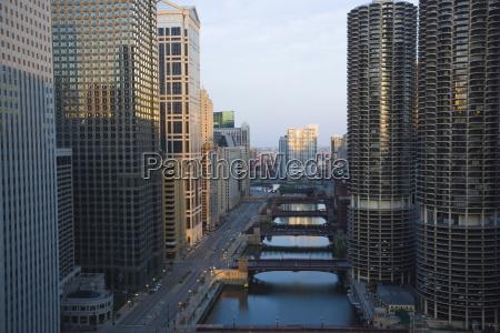 wiezowce wzdluz rzeki chicago i west