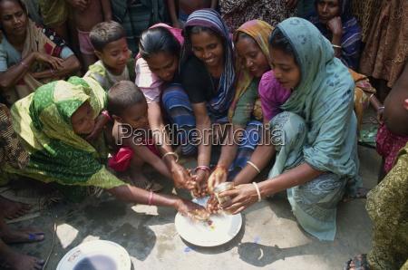 grupa bangladeszu kobiet i dzieci do