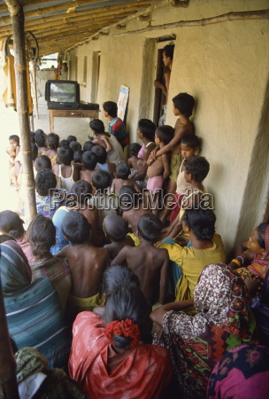 grupa ludzi ogladajacych zdrowia wideo bangladesz