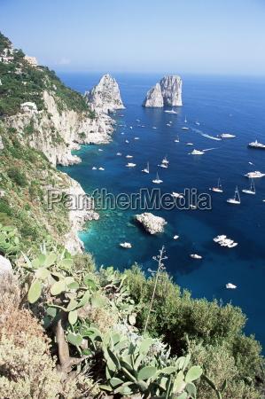 widok na poludniowe wybrzeze faraglioni skaly