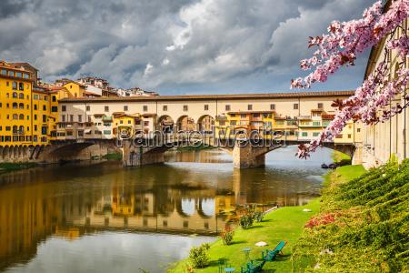 ponte vecchio we florencji na wiosne