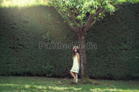 dziewczyna w ogrodzie z korona kwiatow