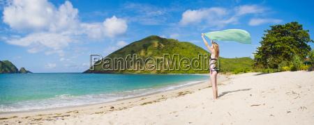 kobieta obchodzi wolnosc na mawun beach
