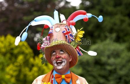 klaun smieje sie podczas piknik spolecznosci