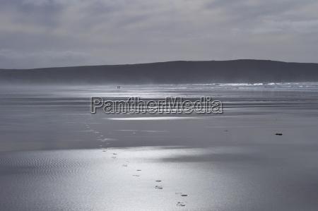 para spacerujaca po plazy zostawia slady