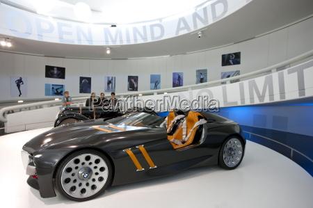 samochod sportowy bmw concept na wystawie