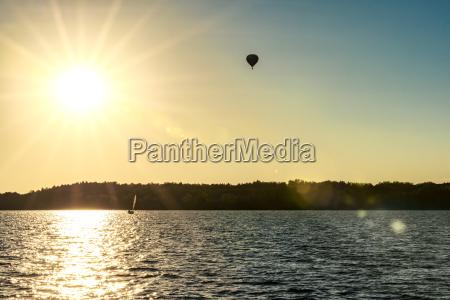 polska mazury balon niewoli nad jeziorem