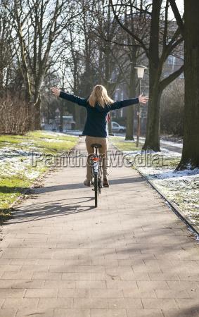 blond kobieta jazda na rowerze z
