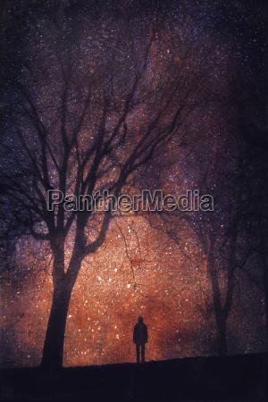 silhouette osoby z przodu gwiazdziste niebo