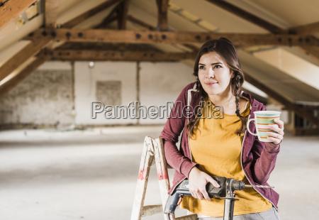 niezalezna mloda kobieta renowacji swojego nowego