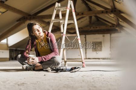 niezalezne mloda kobieta renowacji swojego nowego