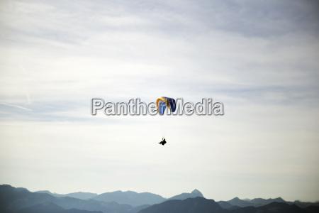 austria tyrol paralotnia przed pochmurnym niebem
