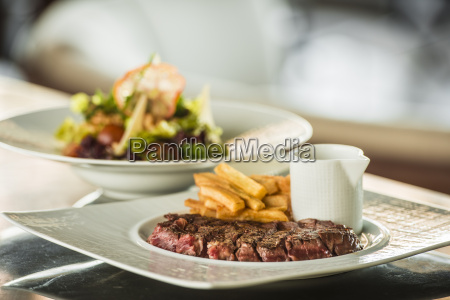 rzadki stek z frytkami i salatka