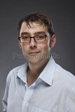 portret usmiechnietego mezczyzny w okularach strzal