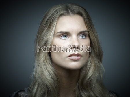 portret powaznie wygladajacy mloda kobieta