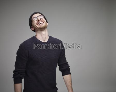 portret smiejac sie mezczyzna noszenia welny