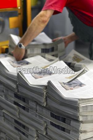 pracownik w drukarni przygotowujacej przesylke