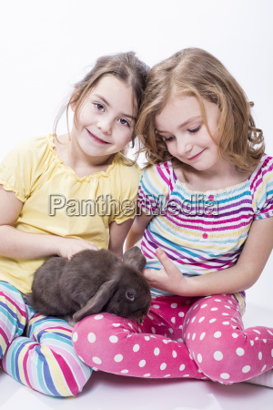 dziewczynki posiedzenia z bunny usmiecha sie