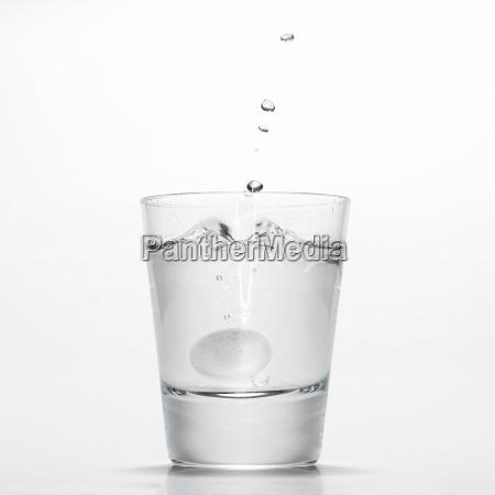 szklanka wody z gazowana tabletka