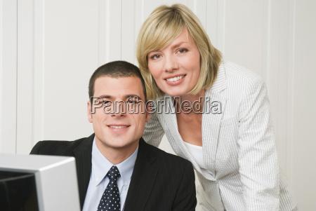 ludzie biznesu w biurze zakonczenie portret