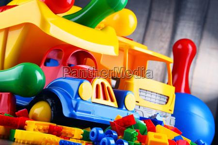 kolorowe plastikowe zabawki w pokoju dla