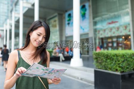 woman, using, city, map, in, bangkok - 21327538